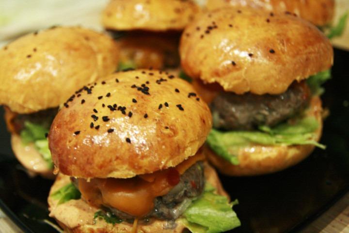 http://www.stonerchef.pl/wp-content/uploads/2016/05/burgery-z-bulkami-grillowanymi-podane-na-talerzu.jpg