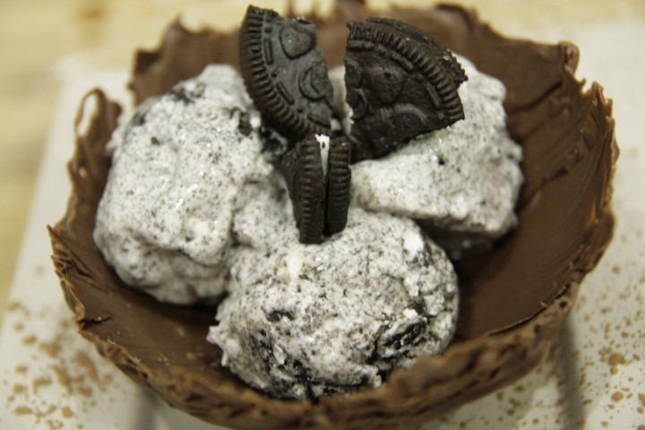 lody-oreo-w-czekoladowej-miseczce-podane