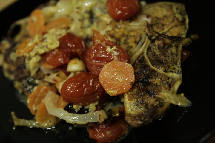 pieczony-szczupak-z-warzywami-na-talerzu