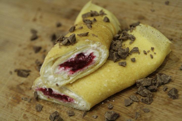 roladki-nalesnikowe-z-twarogiem-malinami-i-czekolada