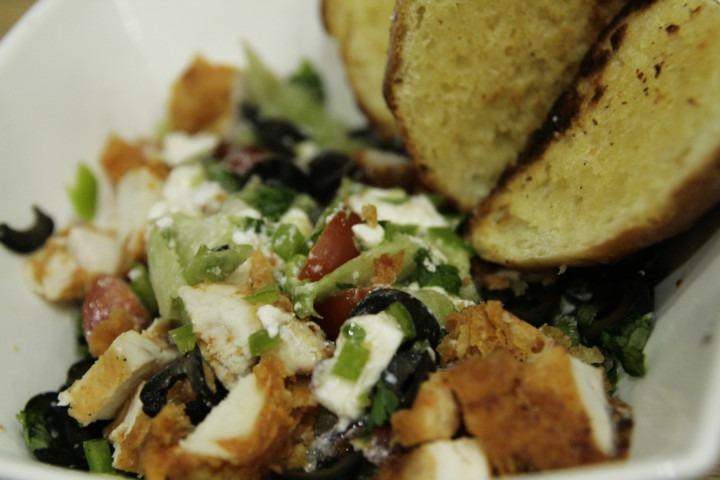 salatka-grecka-z-sosem-slodka-cebulka-panierowanym-kurczakiem-i-czosnkowymi-grzankami