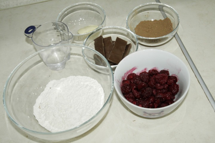 skladniki-na-czekoladowe-pierogi-z-malinami-i-mascarpone