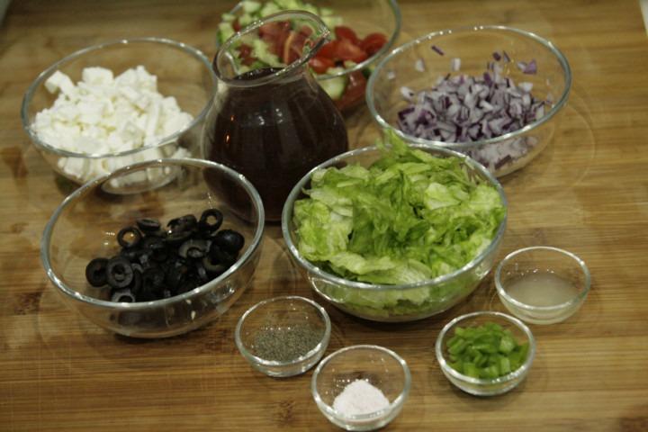 skladniki-na-salatke-grecka-z-sosem-slodka-cebulka
