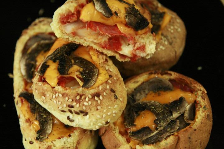 http://www.stonerchef.pl/wp-content/uploads/2016/05/upieczone-i-przekrojone-pizza-bulki.jpg