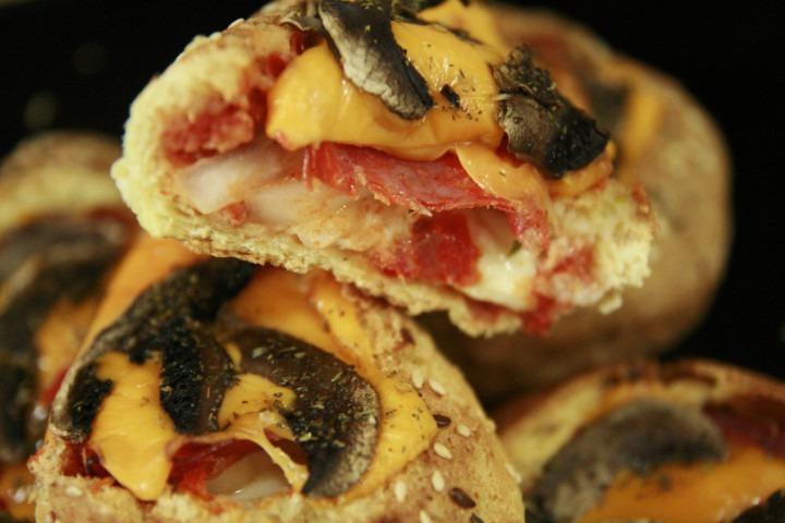 zblizenie-na-przekrojone-pizza-bulki-z-chorizo-cheddarem-i-pieczarkami