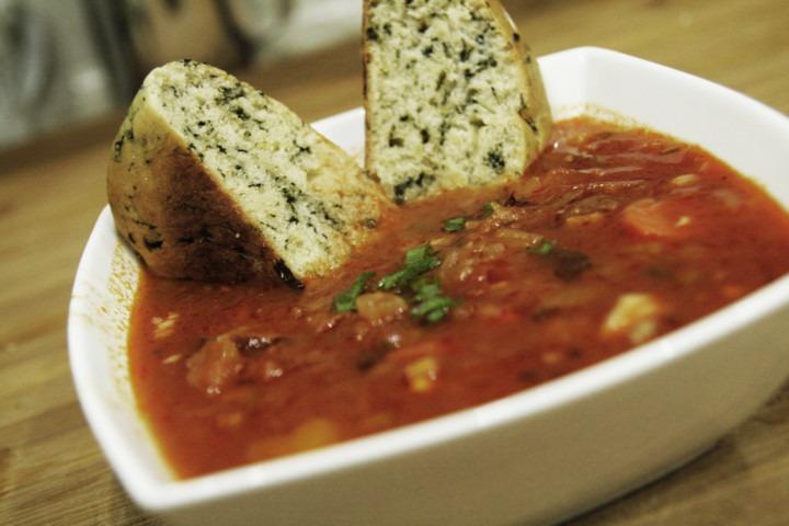 zupa-gotowa-w-misce-i-podana-zbulkami-szpinakowymi