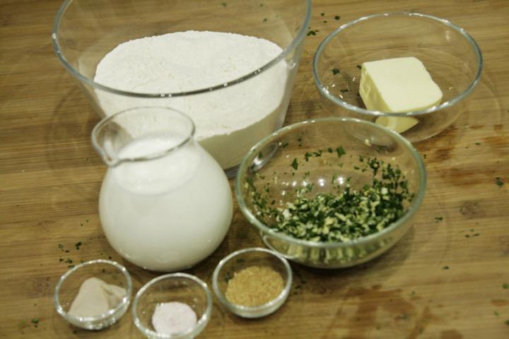 czosnek-natka-pietruszki-mleko-maka-maslo-drozdze-sol-cukier