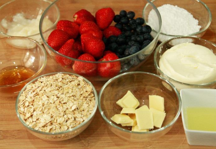 platki-owsiane-biala-czekolada-sok-cytrynowy-serek-mascarpone-cukier-puder-truskawki-borowki-miod-olej-kokosowy