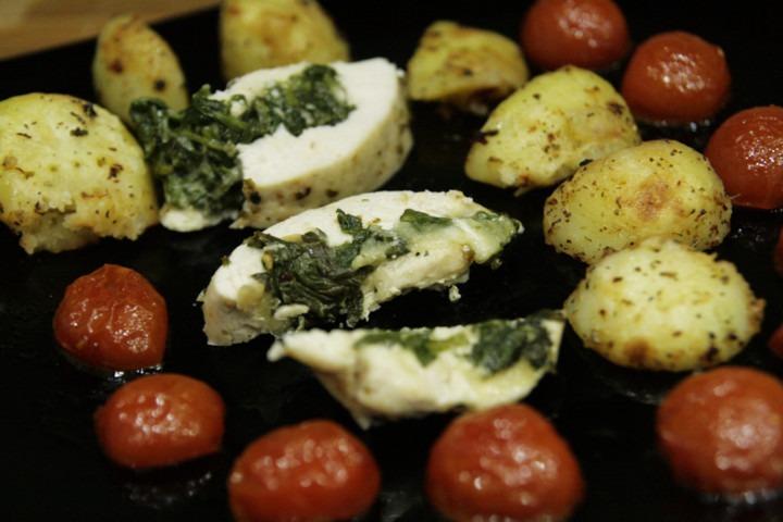 https://www.stonerchef.pl/wp-content/uploads/2016/07/kurczak-faszerowany-szpinakiem-mozzarella-z-pomidorkami-koktajlowymi-i-pieczone-ziemniaki.jpg