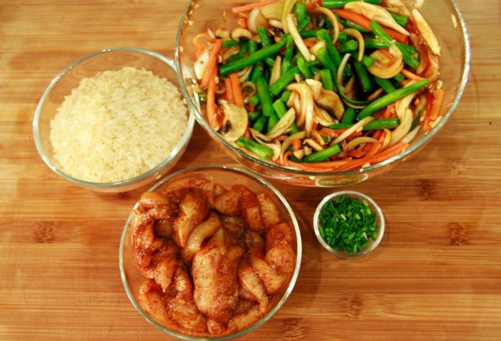kurczak-piec-smakow-warzywa-w-sosie-sojowym-chili-i-miodzie-szczypiorek-ryz-parboiled