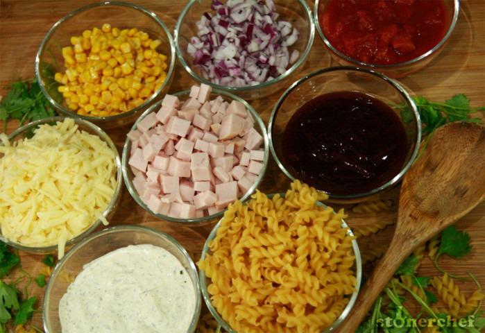 makaron-indyk-wedzony-kukurydza-czerwona-cebula-bbq-ranch-mozzarella-swieza-kolendra-pomidory