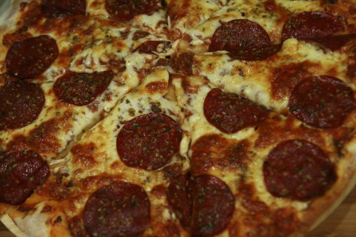 http://www.stonerchef.pl/wp-content/uploads/2016/07/pizza-peperoni-z-mozzarella-i-sosem-pomidorowym.jpg