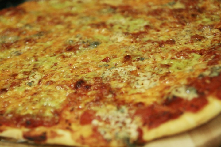 http://www.stonerchef.pl/wp-content/uploads/2016/07/pizza-quatro-fromaggi-podana-na-desce-do-pizzy.jpg