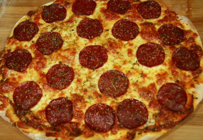 pizza-z-salami-pepperoni-mozzarella-bazylia-oregano-i-sos-pomidorowy