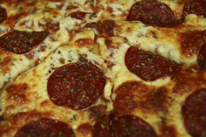 pizza-z-salami-pepperoni-serem-oregano-i-domowym-sosem-pomidorowym