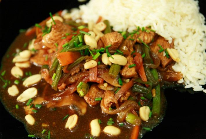 stir-fry-piec-smakow-z-kurczakiem-warzywami-w-sosie-sojowo-miodowym-i-bialym-ryzem-parboiled