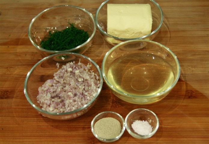 szalotka-koperek-maslo-sol-bialy-pieprz-biale-wino-wytrawne