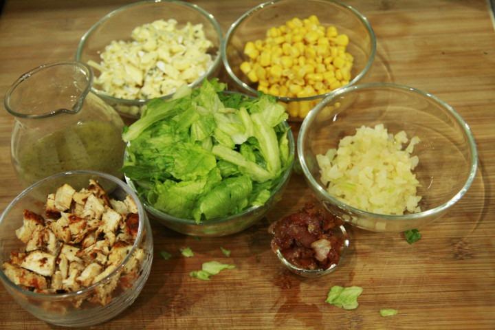 vinegrette-musztardowo-miodowy-kurczak-ser-blue-kukurydza-cebula-boczek