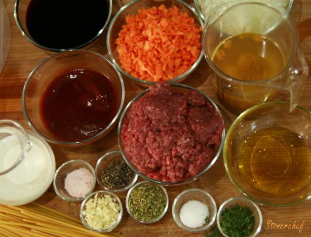 wolowina-czosnek-oregano-cebula-wino-przecier-pomidorowy-smietanka-marchewka-makaron-spaghetti-sol-pieprz-bulion