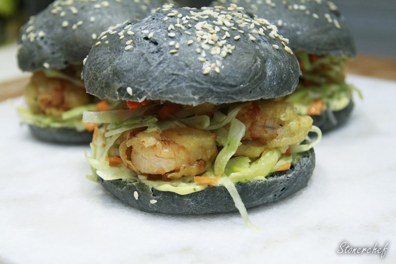 http://www.stonerchef.pl/wp-content/uploads/2016/08/gotowe-czarne-burgery-z-krewetkami-w-tempurze-i-krazkami-cebulowymi.jpg