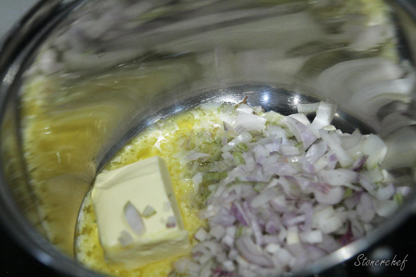 masło i szalotka w rondelku