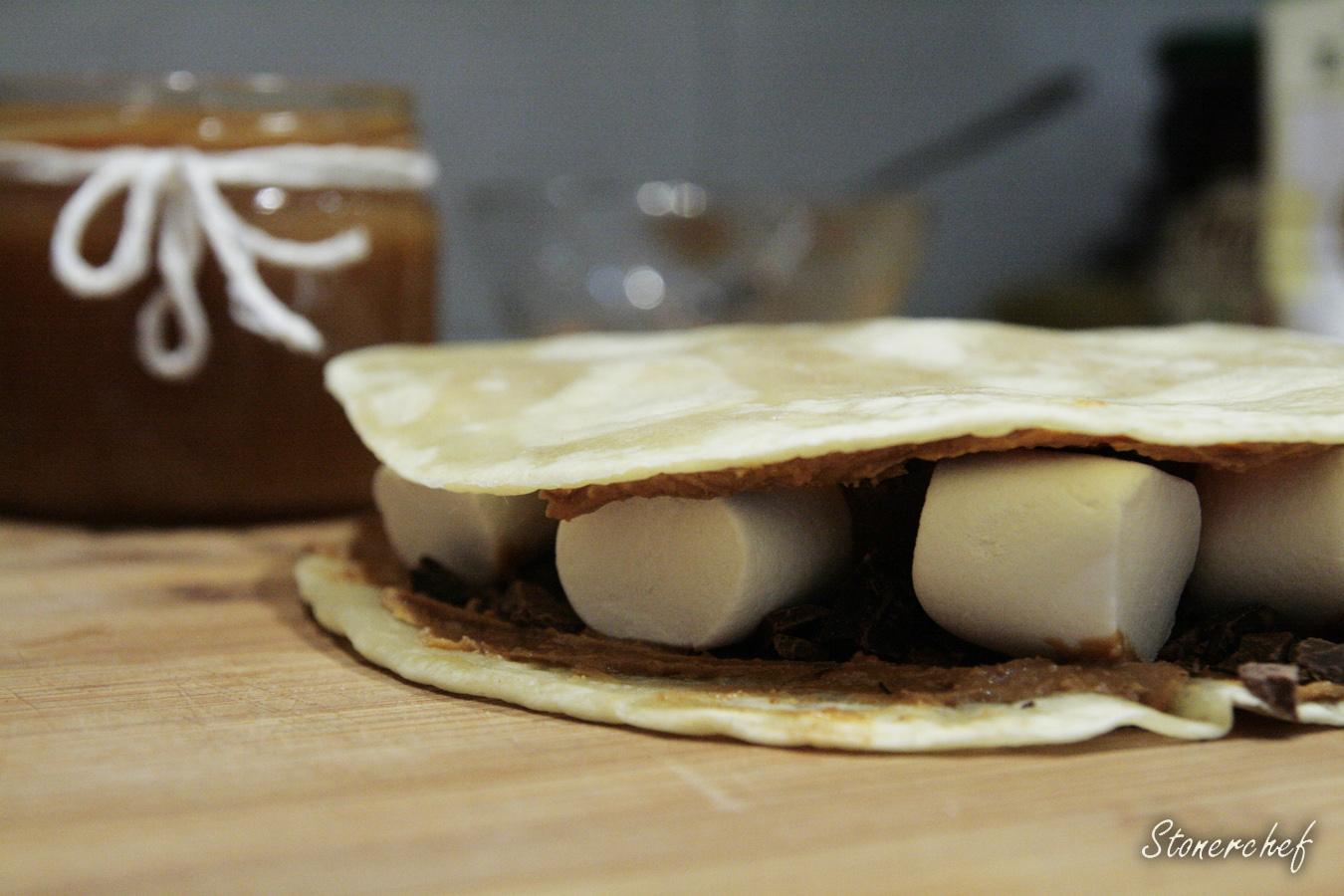 quesadilla z marshmallowsami przed smażeniem