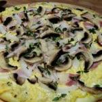 zbliżenie na białą pizzę