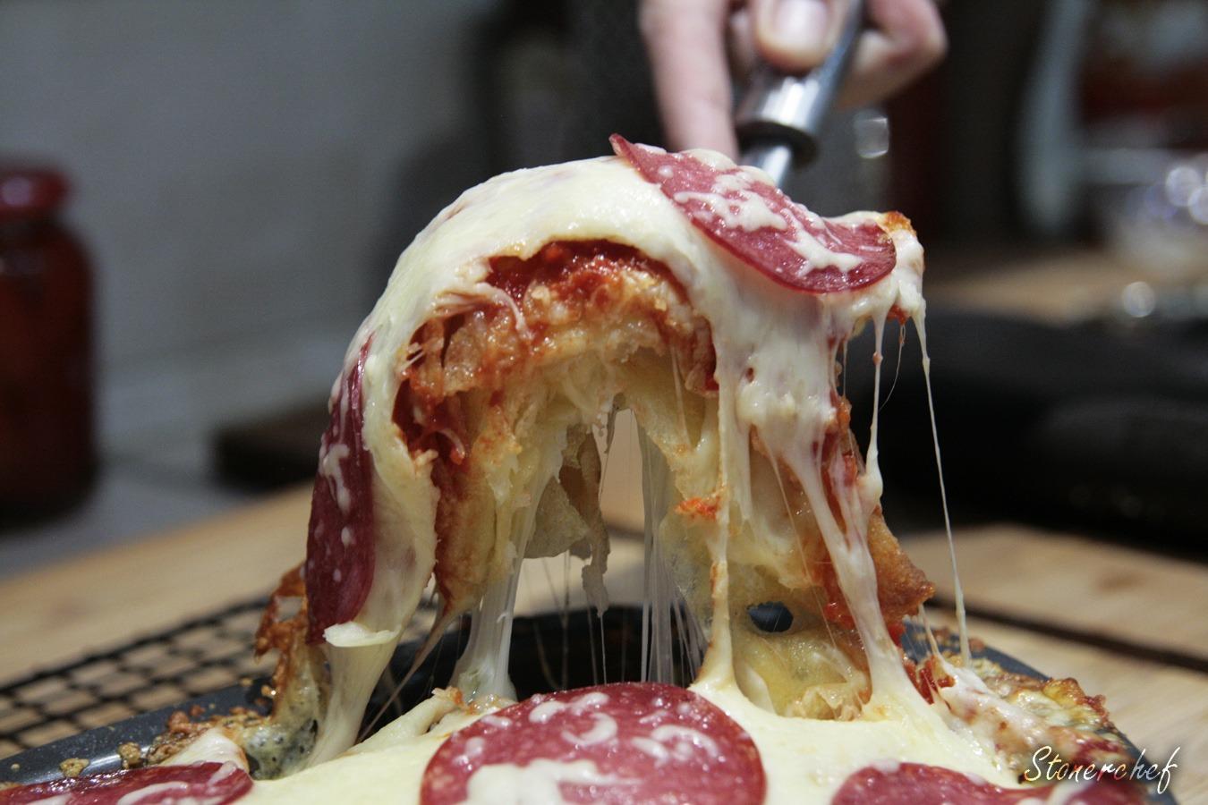 zbliżenie na ciągnący się ser