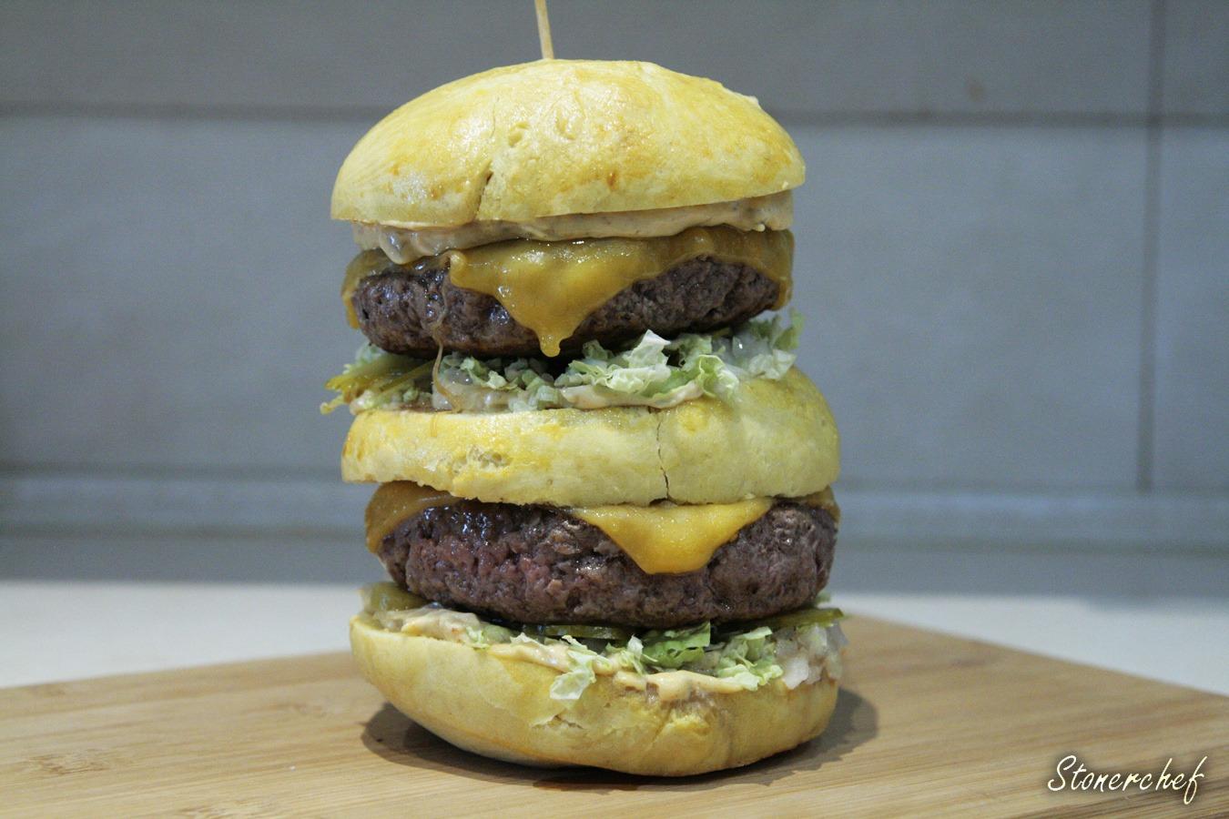 zbliżenie na piętrowego burgera z sosem do big maca