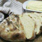 przaśny rumiany chleb z niedźwiedzim czosnkiem