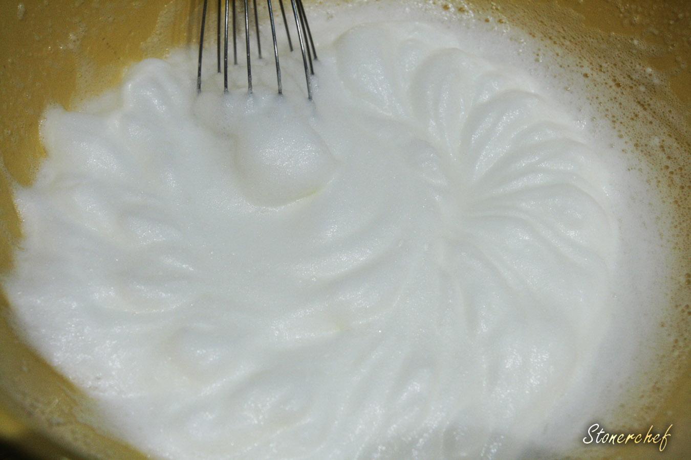 białka jaj ubite z sokiem z cytryny