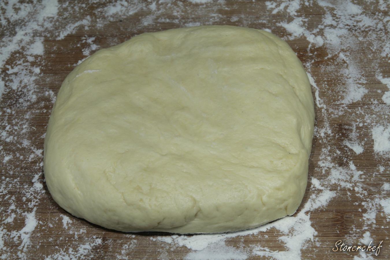 ciasto uformowane do dzielenia na bułki