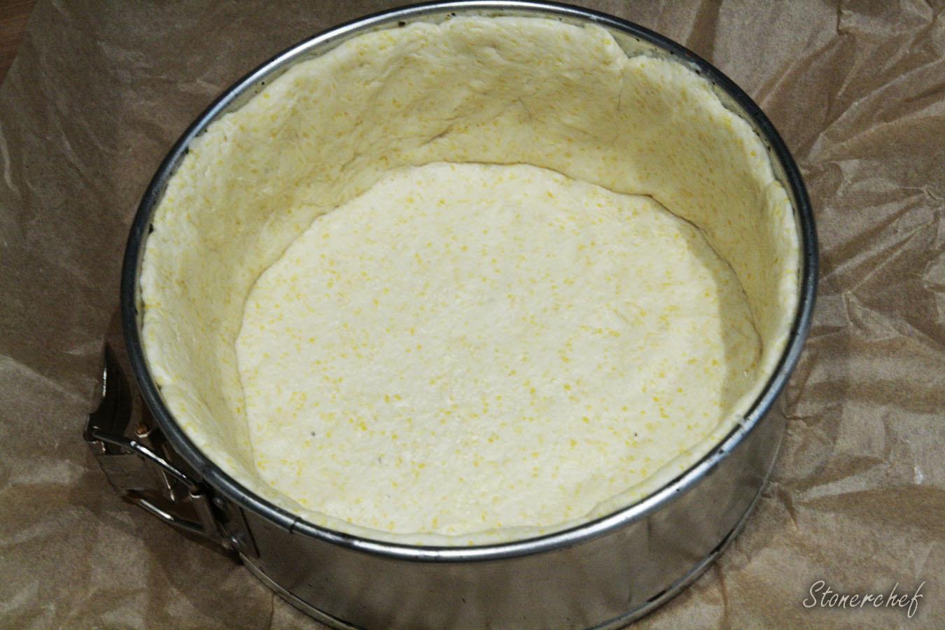 ciasto ułożone w formie do pieczenia