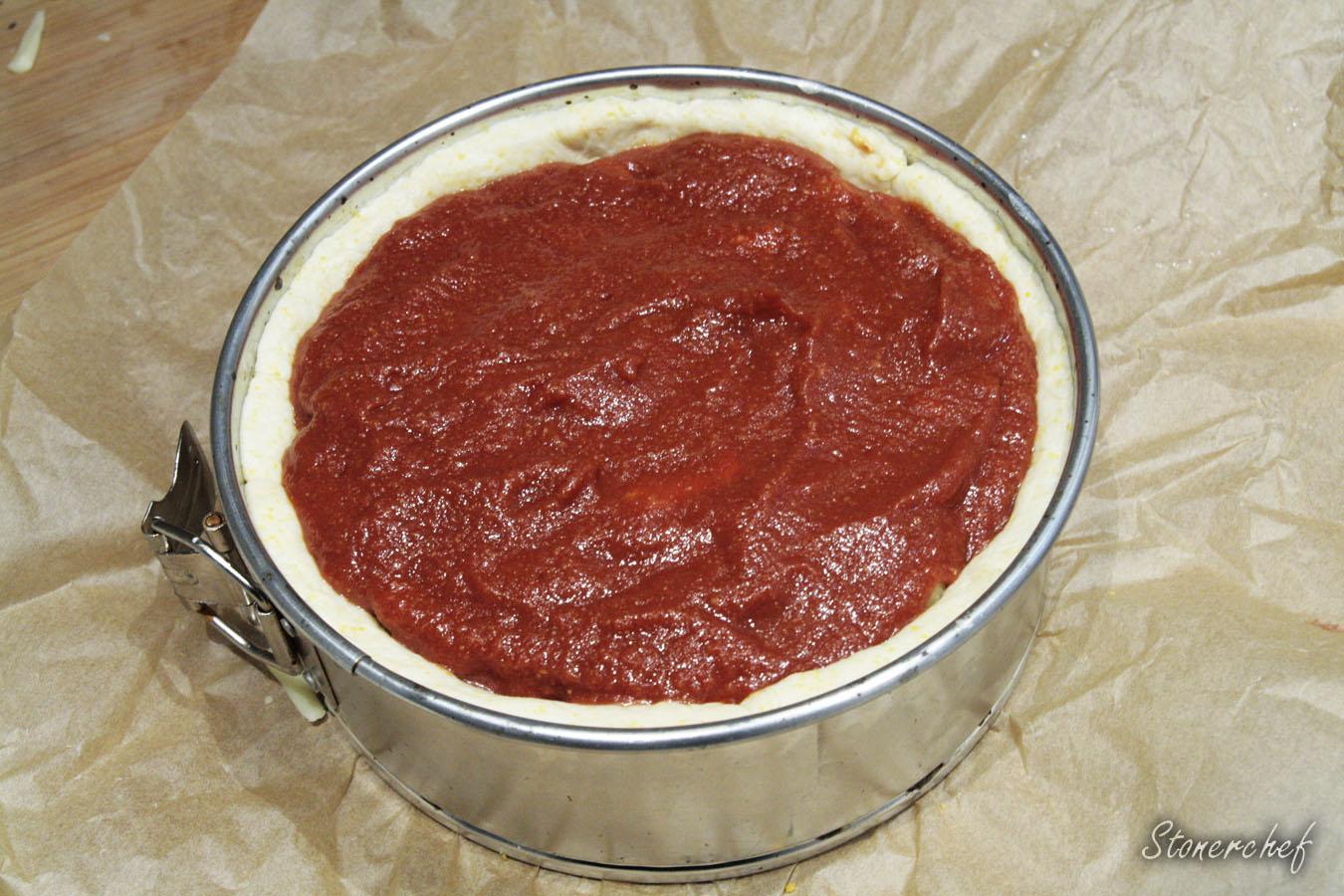 pizza deep dish przed pieczeniem
