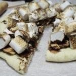 pizza z grillowanymi piankami