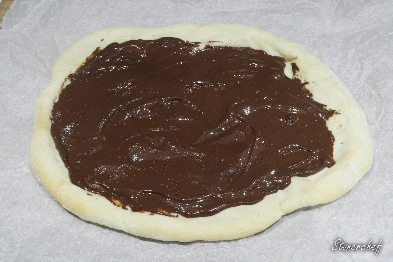 pizza posmarowana sosem orzechowo-czekoladowym