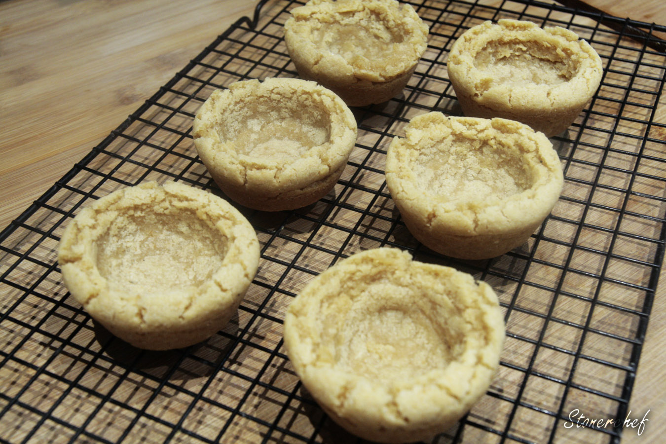 uformowane ciasteczkowe babeczki po pieczeniu