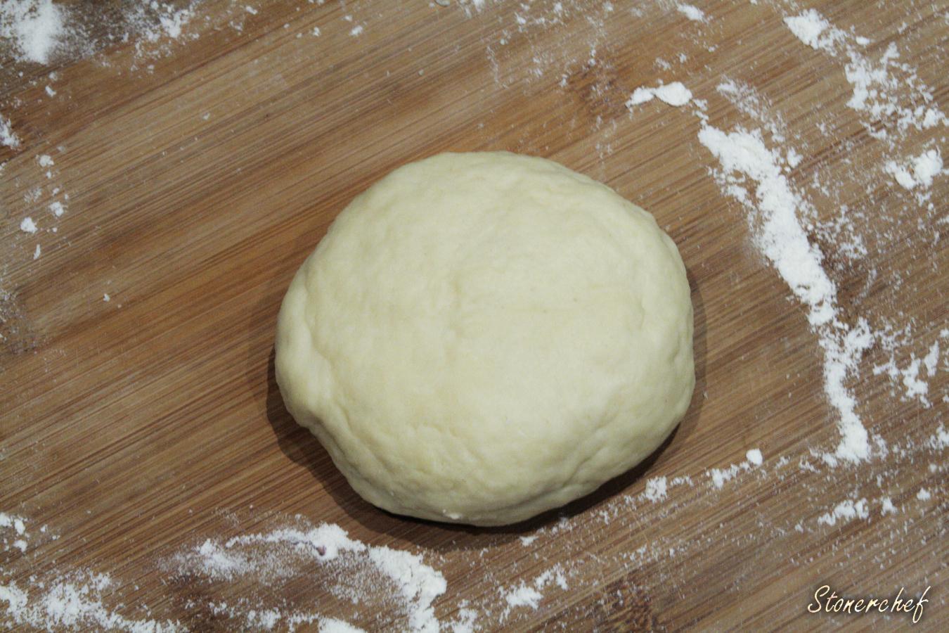 wyrobione ciasto na deserową pizzę