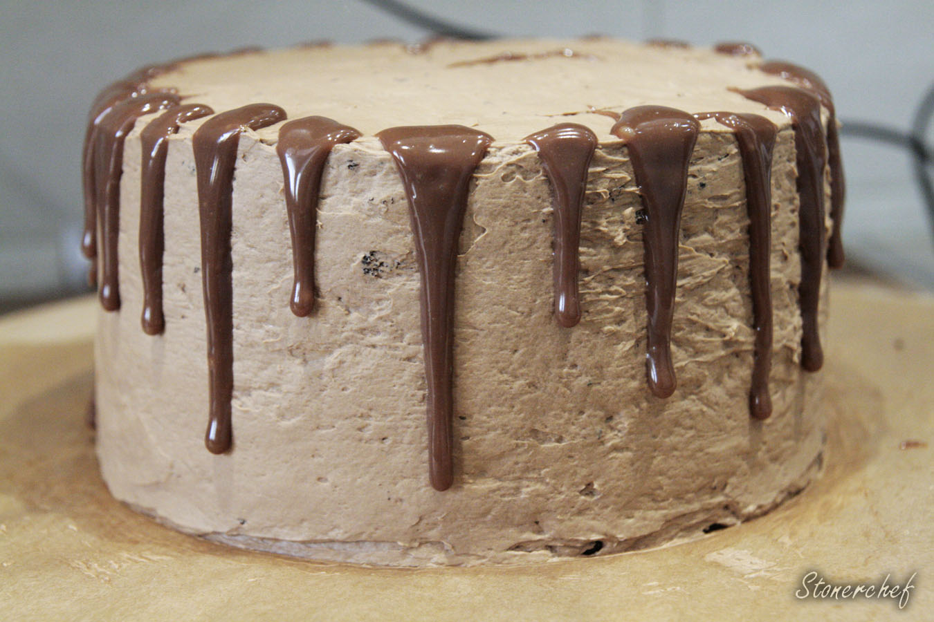 ganasz rozlany po bokach tortu