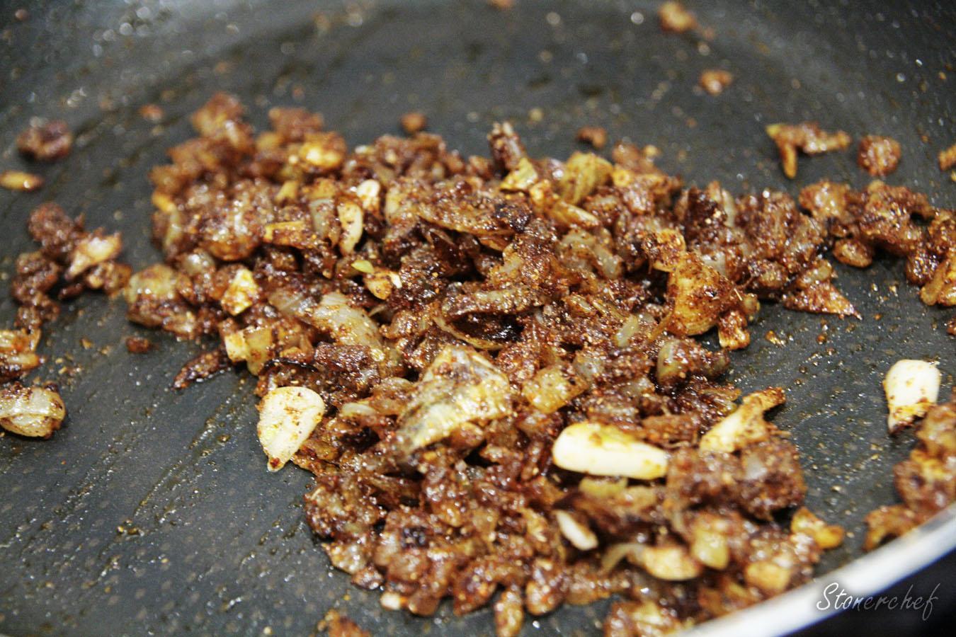 przyprawy dodane do skarmelizowanej cebuli i czosnku
