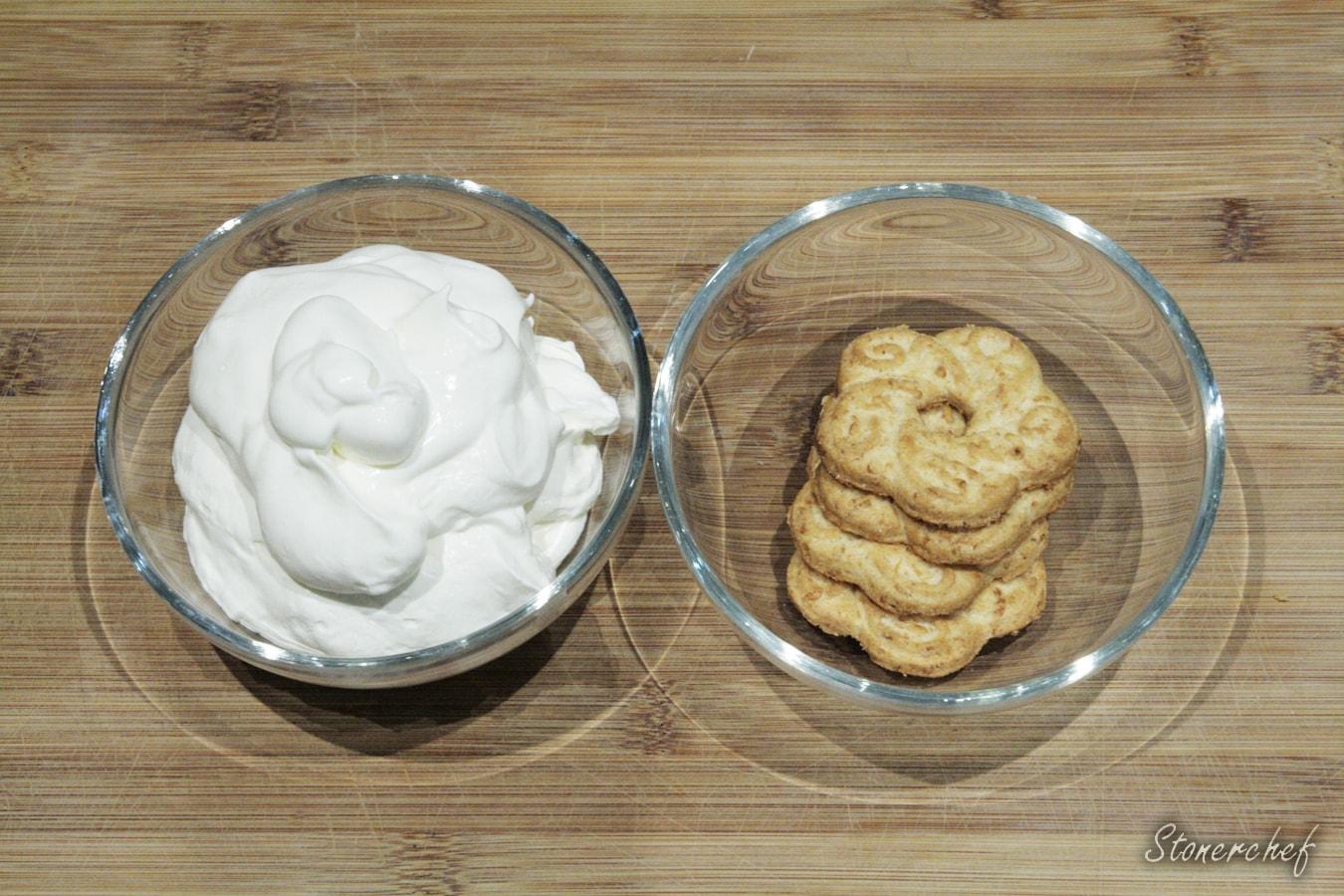 składniki na bitą śmietanę z ciasteczkami