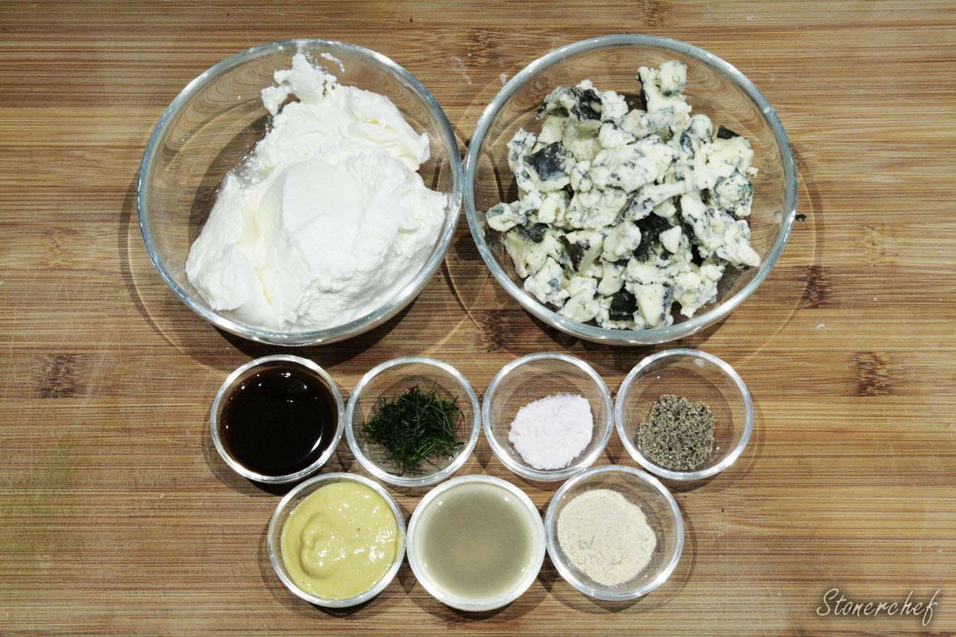 składniki na jogurtowy sos do pizzy z serem pleśniowym