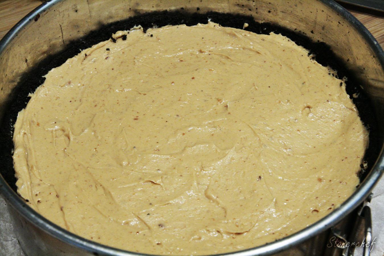 tarta sernikowa z masłem orzechowym przed włożeniem do lodówki