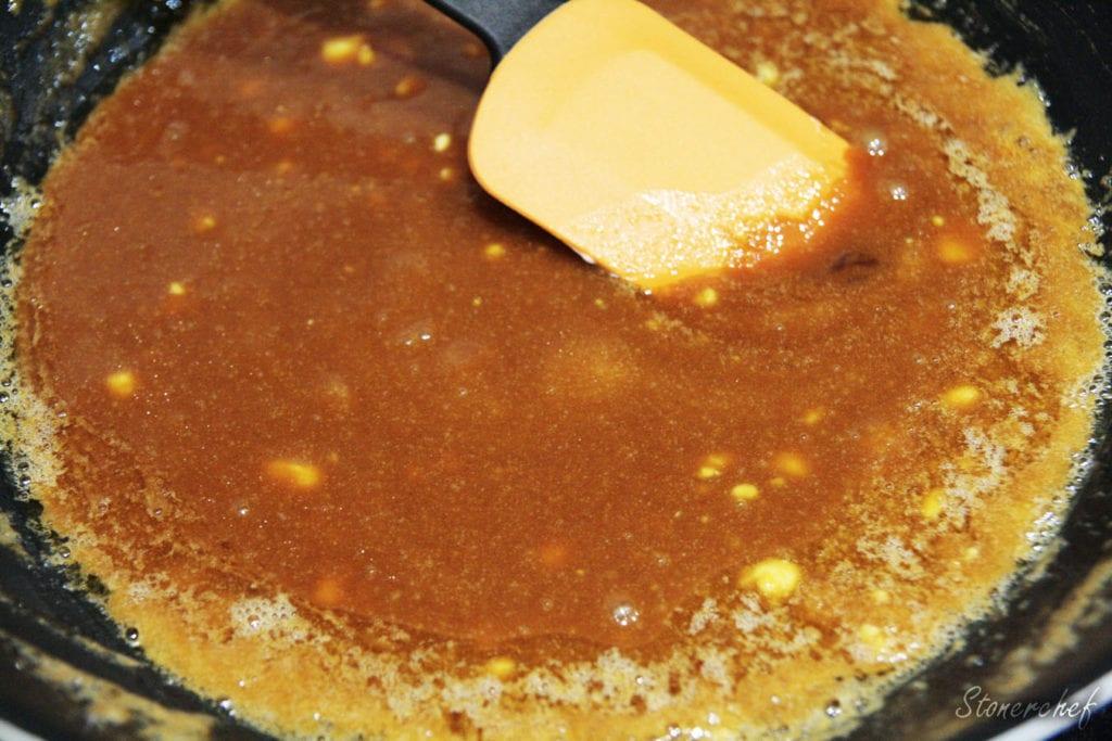 masło dodane do roztopionego cukru