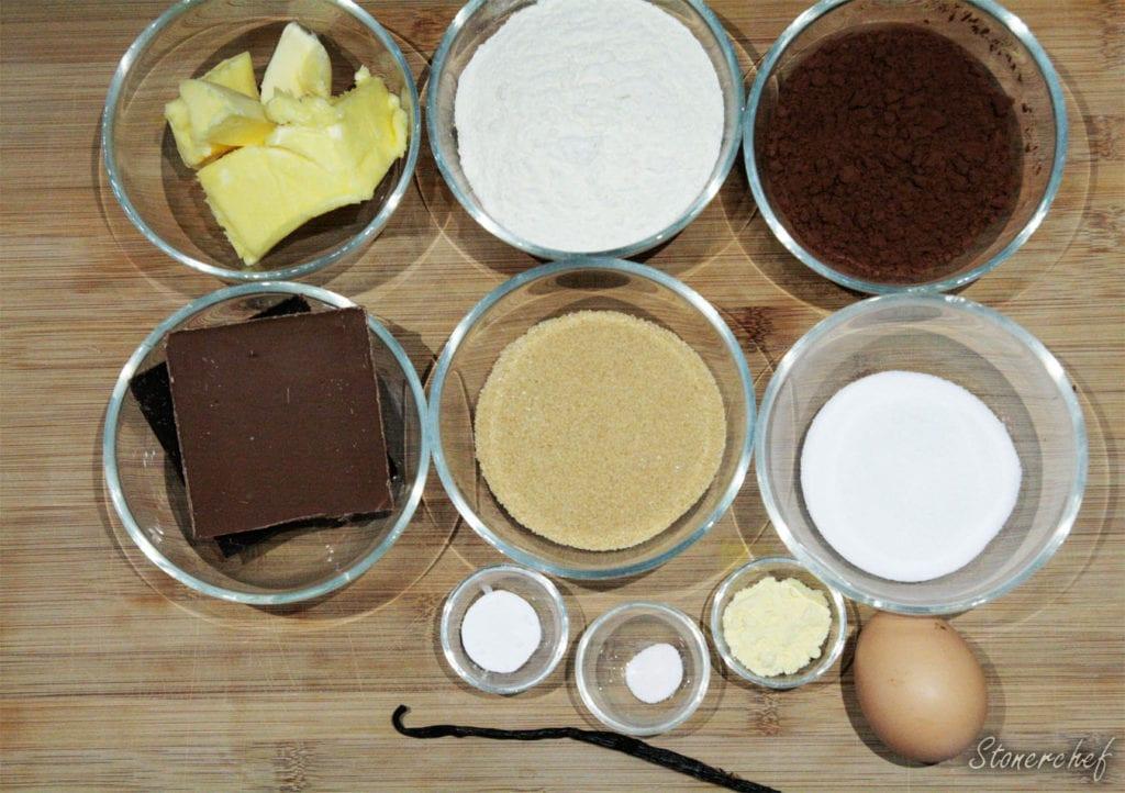 składniki na podwójnie czekoladowe ciastka z nadzieniem sernikowym