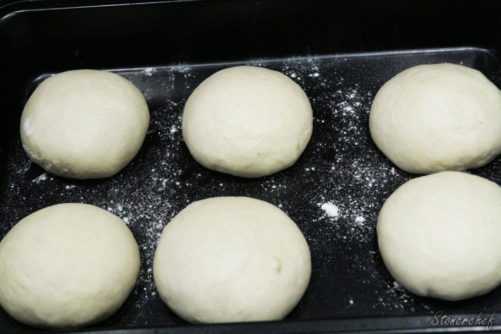 ciasto podzielone na bułki