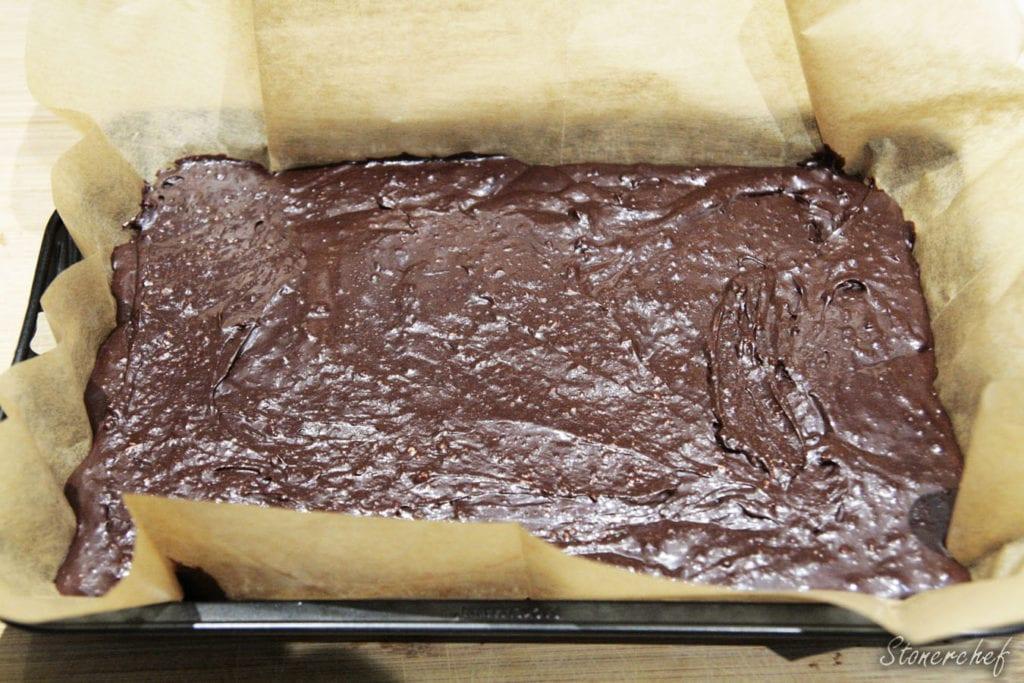 czekoladowa masa na brownie przelana do formy