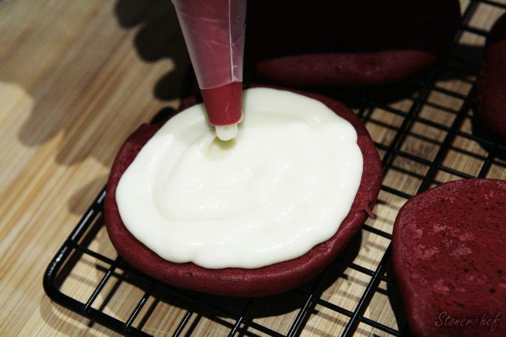 formowanie ciastek red velvet whoopie pies