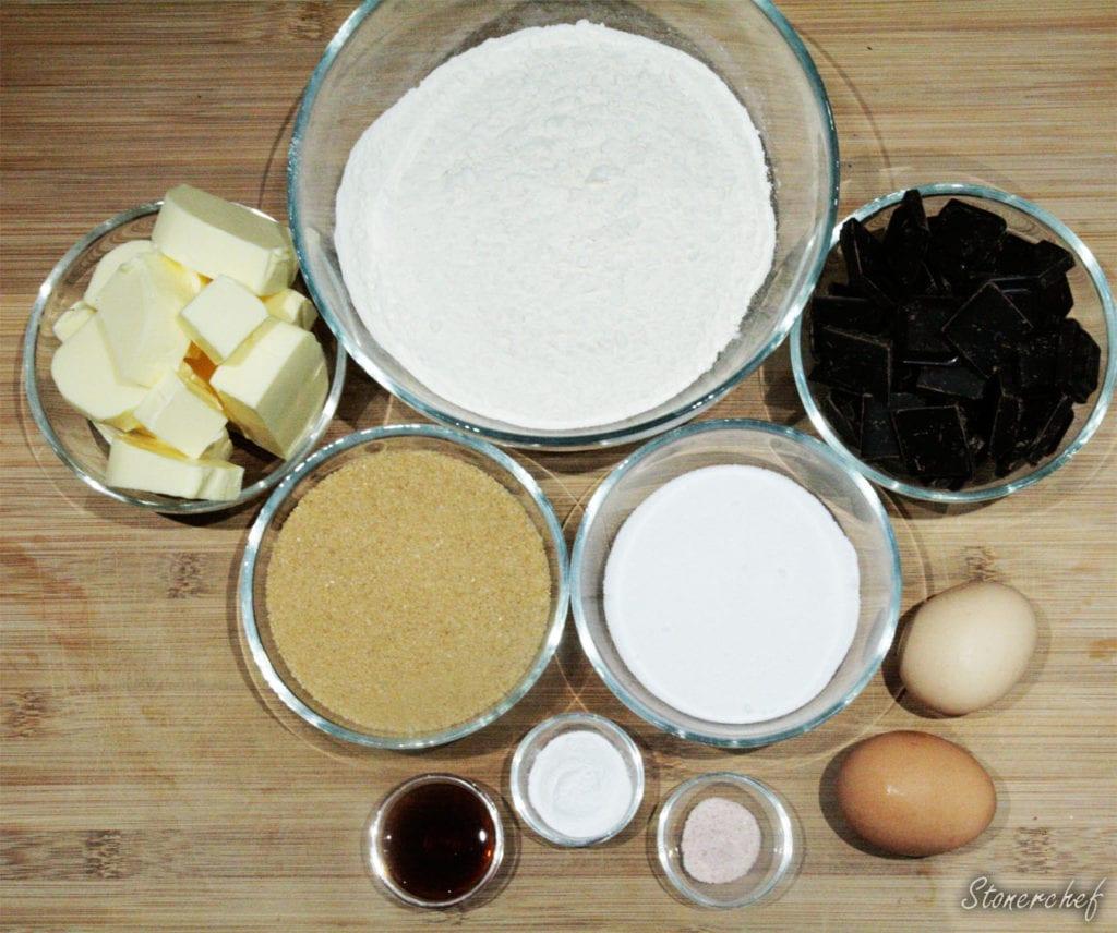 składniki na najprostsze ciasteczka z kawałkami czekolady