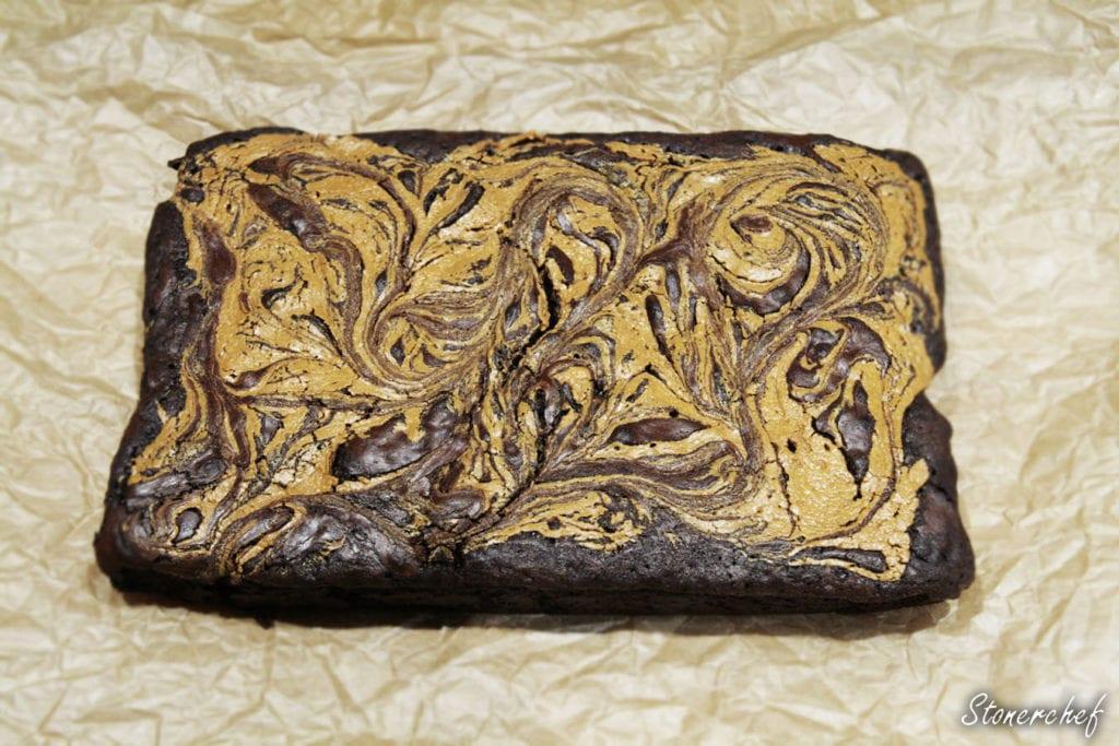 upieczone brownie z masłem orzechowym